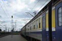 Tren que sale de una plataforma ferroviaria Imágenes de archivo libres de regalías