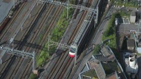 Tren que se mueve en una ciudad metrajes