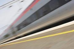 Tren que viaja más allá de la plataforma Foto de archivo