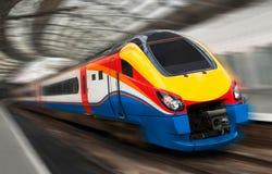 Tren rápido de la velocidad del pasajero con la falta de definición de movimiento Foto de archivo