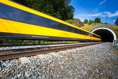 Tren rápido que pasa a través de un túnel en un día de verano precioso Imagen de archivo