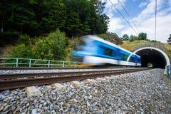 Tren rápido que pasa a través de un túnel en un día de verano precioso Fotografía de archivo