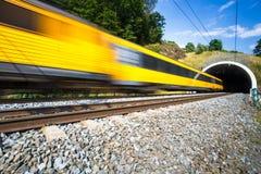 Tren rápido que pasa a través de un túnel en un día de verano precioso Imagen de archivo libre de regalías