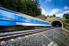 Tren rápido que pasa a través de un túnel en un día de verano precioso Imagenes de archivo