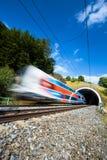 Tren rápido que pasa a través de un túnel en un día de verano precioso Fotos de archivo