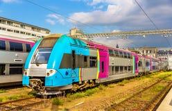 Tren regional de dos pisos en la estación de los viajes imágenes de archivo libres de regalías