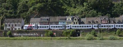 Tren regional en el ferrocarril del oeste del Rin, Niederheimbach, Rheinla imagenes de archivo
