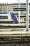 Tren regional que incorpora la estación de tren de París Gare du Nord en las plataformas principales con un efecto de la falta de fotos de archivo