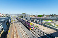 Tren regional victoriano de V/Line en Melbourne, Australia Foto de archivo libre de regalías