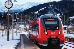 Tren rojo brillante parado en el ferrocarril Alemania de Garmisch Partenkirchen imagen de archivo