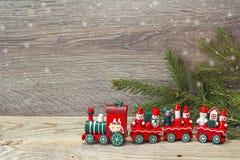 Tren rojo del juguete de la Navidad con las ramas del abeto y el espacio de la copia Imagenes de archivo