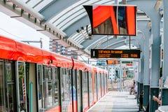 Tren rojo del tubo del metro de TLR en la estación Fotos de archivo