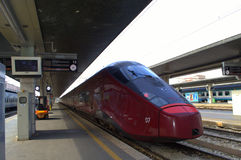 Tren rojo en el ferrocarril de Venecia Imágenes de archivo libres de regalías