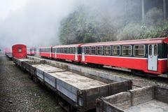 Tren rojo en ferrocarril Imagenes de archivo
