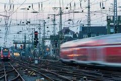 Tren rojo y blanco en el movimiento en Europa fotografía de archivo