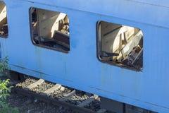 Tren rumano abandonado en depósito Fotos de archivo