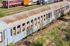 Tren rumano abandonado en depósito Fotografía de archivo libre de regalías