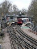 Tren subterráneo de Londres en la plataforma de la estación de Rickmansworth imagen de archivo