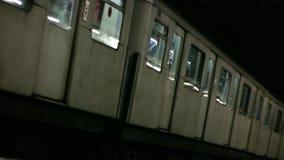 Tren subterráneo de Londres que sale de la estación (metro) HD almacen de metraje de vídeo