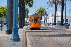 Tren típico de San Francisco que viaja abajo del Embarcadero en a Foto de archivo libre de regalías