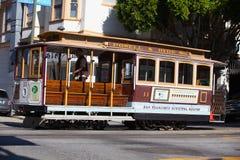 Tren típico de San Francisco que viaja abajo del Embarcadero en a Imagenes de archivo