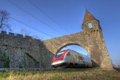 Tren a través de la puerta medieval Foto de archivo libre de regalías