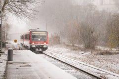 Tren a través de la tormenta de la nieve Foto de archivo libre de regalías