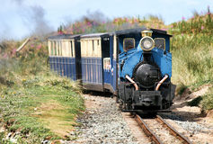 Tren turístico del vapor cerca de Barmouth imagen de archivo