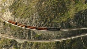 Tren turístico en la diferencia debida de la mucha altitud del modelo de Nariz Del Diablo On Zig Zag Railway metrajes