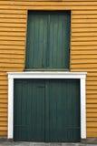 Türen und Fenster in Haugesund Stockfoto