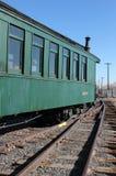 Tren verde en pistas Imagen de archivo libre de regalías