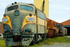 Tren y carros ferroviarios viejos Fotografía de archivo