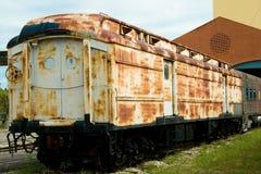 Coche de tren oxidado viejo imagenes de archivo