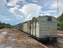 Tren viejo abandonado del transporte de mercancías por ferrocarril Imagen de archivo