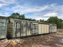 Tren viejo abandonado del transporte de mercancías por ferrocarril Foto de archivo