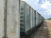Tren viejo abandonado del transporte de mercancías por ferrocarril Fotos de archivo libres de regalías