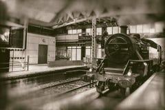 Tren viejo del vapor, estación de tren de la locomotora del vintage que entra - fotografía retra fotografía de archivo