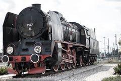 Tren viejo en una estación de tren Foto de archivo libre de regalías