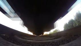 Tren, visión de debajo Puesta del sol almacen de video