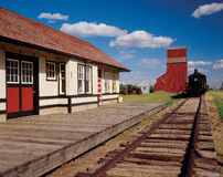 Tren y elevador de grano Fotos de archivo libres de regalías