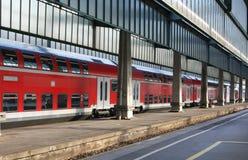 Tren y estación coloridos Fotografía de archivo libre de regalías
