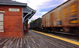 Tren y estación de tren que apresuran Fotos de archivo libres de regalías
