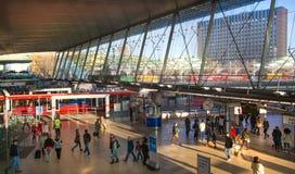 Tren y estación de metro internacional de Stratford, una del empalme más grande del transporte de Londres y Reino Unido Foto de archivo