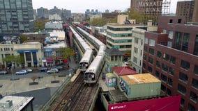 Tren y ferrocarril aéreos del metro del subterráneo del tiro del abejón en distrito de New York City, Williamsburg NYC, LOS E.E.U almacen de metraje de vídeo