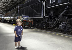 Tren y niño Fotografía de archivo libre de regalías