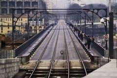 Tren y puente peatonal Imagen de archivo libre de regalías