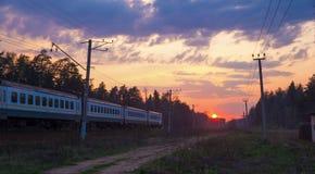 Tren y puesta del sol imagen de archivo