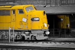Tren y su reflexión en el tren Staion Foto de archivo
