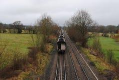 Tren y vías que se trasladan a distancia Fotografía de archivo libre de regalías