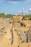 Trenching για τις σωληνώσεις και εξωραϊσμός, αντικατάσταση του χώματος στοκ εικόνα με δικαίωμα ελεύθερης χρήσης